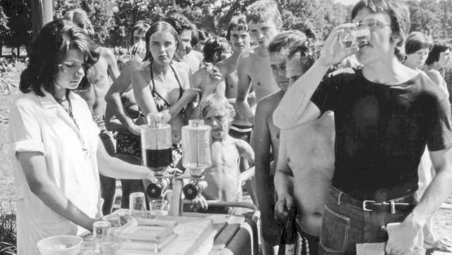 Starsi Czytelnicy takie saturatory świetnie pamiętają z czasów PRL-u. Wodę gazowaną pijało się z czerwonym lub żółtym sokiem
