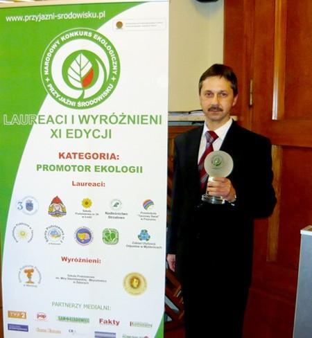 """Dyrektor """"dwójki"""" Jacek Kuć podczas uroczystości w Warszawie odebrał dla szkoły okolicznościową statuetkę."""