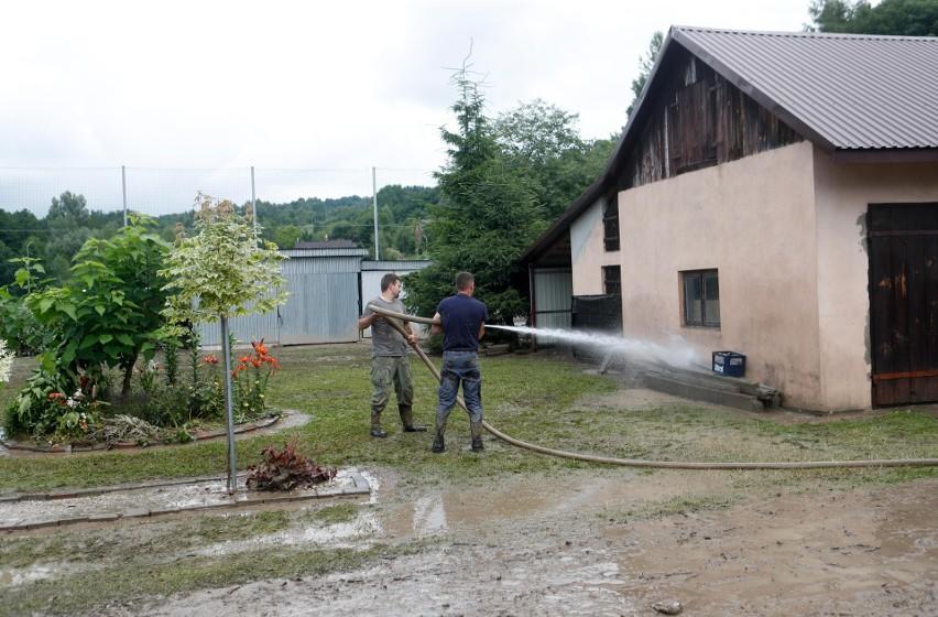 Mieszkańcy Chmielnika usuwają skutki potężnej ulewy, która w...
