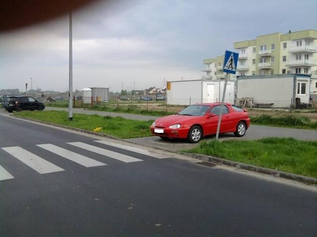 Autodrań zaparkował przy przejściu dla pieszych