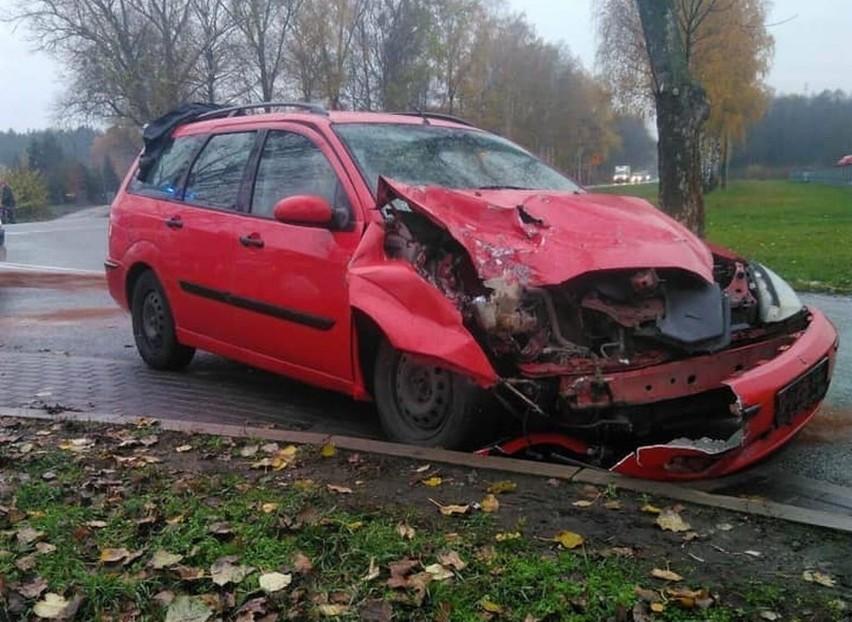 Do groźnie wyglądającego wypadku doszło dziś na drodze krajowej nr 10 między Toruniem a Bydgoszczą. W Makowiskach samochód osobowy zderzył się z ciężarówką. Na szczęście nikt nie odniósł poważniejszych obrażeń. Osoby podróżujące samochodem osobowym zostały przebadane przez ZRM, jednak nie wymagały one hospitalizacji. Ruch na drodze przez jakiś czas odbywał się z utrudnieniami. Sprawę wyjaśnia policja.Zobacz także:Rozszczelnienie gazociągu w ToruniuNowosciTorun