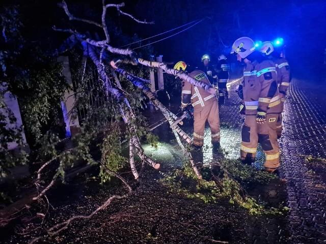 Zablokowana droga i zerwane przewody elektryczne w Jurowcach