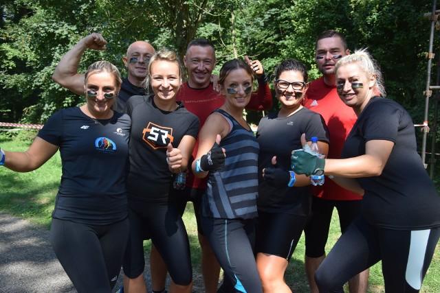 """W niedzielę, 19 sierpnia, Park Świętojański w Szczańcu stał się miejscem, które opanował szał sportowych emocji, a jego przyczyną był Extream Team IV Bieg z Przeszkodami. To nie był niedzielny spacerek, dlatego wielu uczestnikom podobał się stopień trudności postawiony im przez organizatorów. Na starcie szczanieckiego biegu ekstremalnego """"Extreme Team"""" zameldowało się 78. mężczyzn i 59. kobiet! Sklasyfikowano także sześć drużyn: Latające Gryfy (Zielona Góra), Joker (Świebodzin), 17BZ (Szczaniec), Pędzące Banany (Opalenica, Zbąszyń), Zakon Jedi (Sulechów), Boks Girls (Zielona Góra). Uczestnicy pokonali 6-kilometrowy dystans naszpikowany przeszkodami: błoto, liny, ciemne tunele, wysokie ściany ze snopków. Było dużo wspinania się, skakania, ale przede wszystkim dobrej zabawy. Zobacz też wideo: Ewa Swoboda nie dostała się do finału 100 metrów na ME w Berlinie. """"Brakuje mi luzu, który miałam kiedyś"""""""