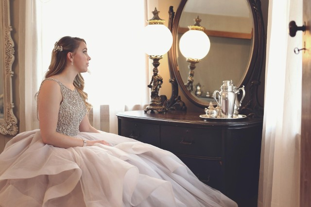 Studniówka to jedno z najważniejszych wydarzeń w życiu każdej kobiety. Przygotowania do tego wielkiego dnia najlepiej zacząć od wyboru wymarzonej sukienki.