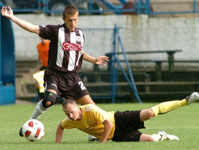 Piłkarze Stali Nowa Dęba uratowali remis 1:1 z Rzemieślnikiem w Pilźnie po golu z rzutu karnego Tomasza Warzochy (w żółtej koszulce).