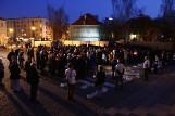 Warszawa: Tłum ze zniczami pod budynkiem Sądu Najwyższego [ZDJĘCIA] Akcja Demokracja apelowała do siędziów SN by zostali na stanowiskach