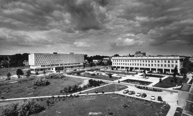 Widok na Bibliotekę Międzyuczelnianą (projekt Tadeusza Witkowskiego) oraz Gmach Matematyki i Fizyki UMCS