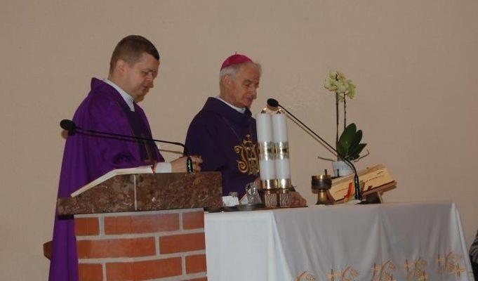Podczas każdej Mszy Świętej i nabożeństw wewnątrz kościoła może obecnie przebywać maksymalnie 50 osób.
