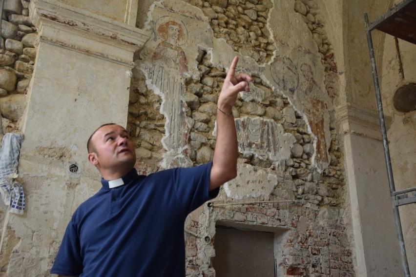 Średniowieczne freski w Sadowie. Odkrycie zostanie zabezpieczone i zachowane