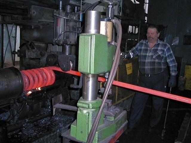 Stalowa Wola: W sprężynowni prężą się do strajkuSprężynownia w Stalowej Woli powstała razem z Zakładami Południowymi w 1939 r. i specjalizuje się w produkcji maszyn dla kolejnictwa. w 2014 r. Sprężynownia Huty Stalowa Wola przeszła w kolejne ręce, tym razem do grupy Axtone.