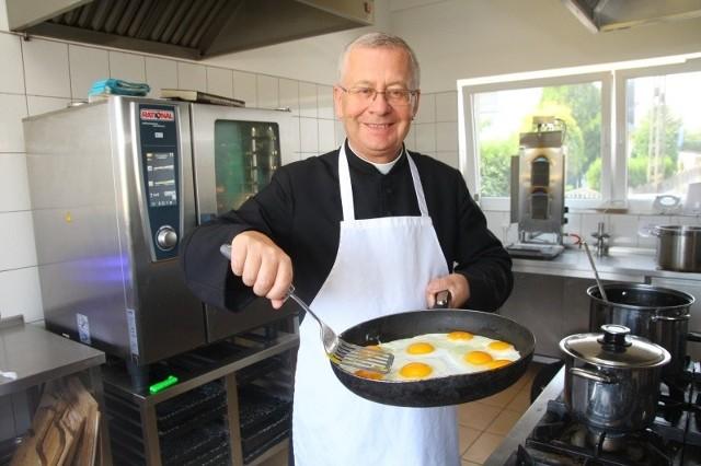 Pracując nad książką, przekonałem się, że nawet proste potrawy można gotować na różne sposoby - mówi ks. Hanich.