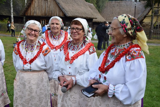 """W niedzielę, 17 września, w skansenie w Zielonej Górze Ochli odbyły się aż dwie imprezy: """"U progu jesieni"""" oraz międzypokoleniowy piknik. Mnóstwo zielonogórzan zdecydowało się wziąć udział w obu wydarzeniach.Niedzielna impreza w skansenie po raz kolejny pokazała, że zielonogórzanie chcą poznawać dawne tradycje i obyczaje. I tym razem mieszkańcy licznie przybyli na kolejne święto w Muzeum Etnograficznym w Zielonej Górze Ochli. A atrakcji było sporo. Zielonogórzanie mogli się chociażby dowiedzieć, jak to z lnem dawniej było. Przekonali się też jak skomplikowany był proces, stworzenia ubrania od ziarna lnu do nici z włókna. - Czy wiedzą państwo, co chcemy z tego lnu uzyskać? - pytała zaciekawionych zielonogórzan Barbara Łakoma, starszy kustosz. - Włókno. A włókno to znajduje się na zewnątrz łodygi... Niektórzy nie kryli zdziwienia tym faktem, ale i ochoczo brali się do obróbki lnu. Mieszkańcy równie chętnie choć na chwilę zatrzymywali się przy stoiskach z rękodziełem i naturalnymi wyrobami. Dzieci zaś z ciekawością brały udział w licznych warsztatach, chociażby rzeźbienia w mydle.Ale w skansenie, w ramach akcji """"U progu jesieni"""" odbywała się jeszcze jedna impreza. Młodzi Lokalni oraz Klub Seniora Relaks zaprosili młodych i nieco starszych duchem na międzypokoleniowy piknik. Wszystko w ramach Lubuskich Inicjatyw Młodzieżowych. Seniorzy, razem z młodzieżą, nie tylko ochoczo ruszyli w taniec (Młodzi Lokalni, tradycyjnie już zaprosili na belgijkę, która może zmęczyć nawet tych z całkiem dobrą kondycją...!), ale chętnie wzięli udział w konkursie wiedzy o Zielonej Górze czy grze w bule. Niedzielna impreza stała się też okazją do wspólnego biesiadowania, przy pysznym smalcu i ogórkach. - Musimy pokazywać, że seniorzy to ważna i obecna w społeczeństwie grupa - zauważa Jan Kominek z Klubu Seniora Relaks. - Nie można o nas zapominać. Piękna pogoda sprawiła, że przez cały czas trwania imprezy, do Zielonej Góry Ochli napływały nowe grupy mieszkańców."""