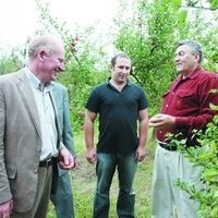 Ta cena, czyli 28 gr za kilogram jabłek zaledwie zwraca koszty produkcji - mówi Anatol Nowicki, sadownik z Hryniewicz Dużych (pierwszy z prawej)