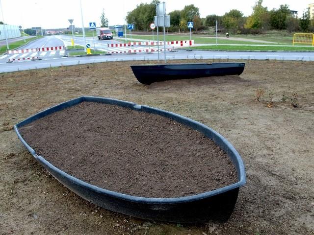 Na nowym rondzie na ul. Władysława IV w Koszalinie  zamontowano łódki - to nie jest przypadek, ma to być symboliczne nawiązanie do tego, że droga w kierunku osiedla Jamno, jest jednocześnie drogą w stronę morza.