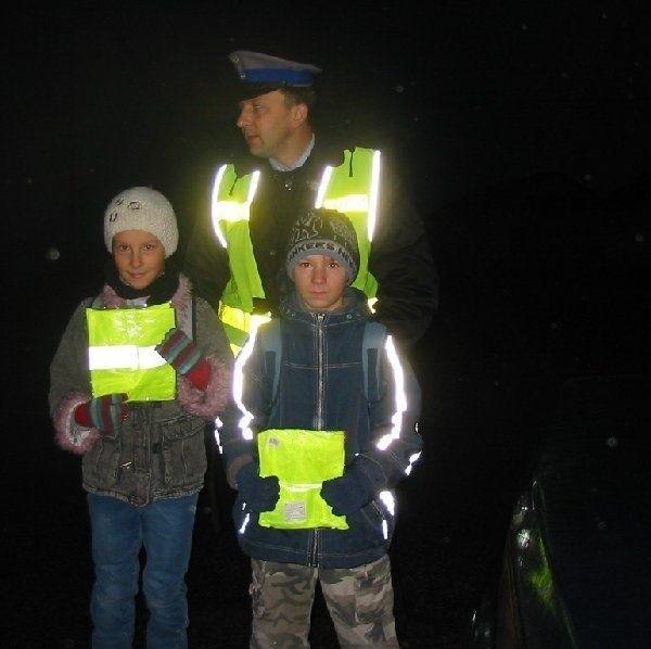 Wczoraj rano golubscy policjanci podarowali  kamizelki uczniom, których rodzice zgłosili, że  są oni niewidoczni na przystanku autobusowym