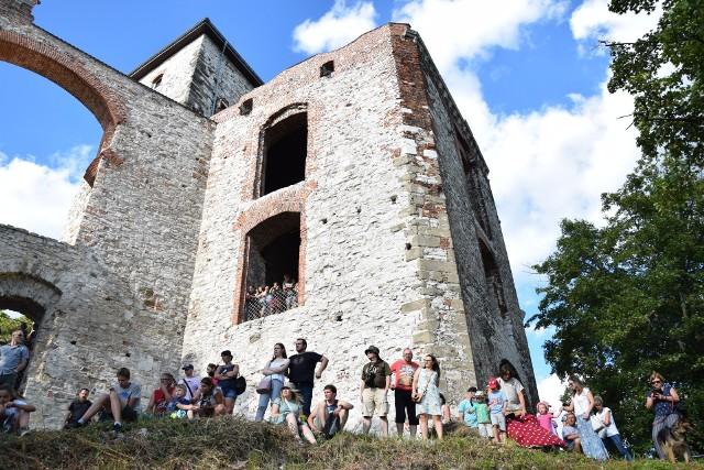 Rudno. Do weekendu 31 lipca autobusy turystyczne krakowskiej komunikacji miejskiej pojada do klasztoru w Czernej i zamku Tenczyn w Rudnie