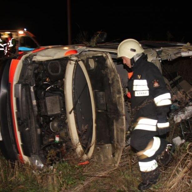 Karetka po zderzeniu z volkswagenem przekoziołkowała i wpadła do rowu.