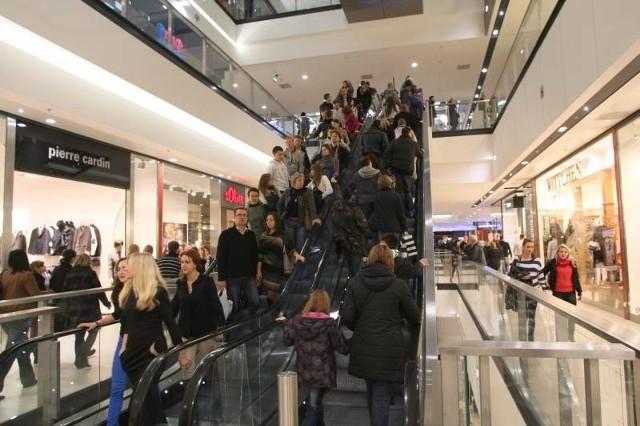 Rabatowa Noc Zakupów w kieleckiej Galerii Echo, która trwała w piątek od godziny 21 do północy, przyciągnęła ogromne rzesze mieszkańców naszego regionu.