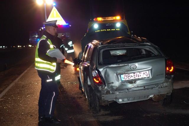 Droga Wrocław - Świdnica. Wypadek koło Wojnarowic. Samochód wjechał do rowu i przewrócił się na bok. Dwie osoby zostały ranne (22.02.2014)