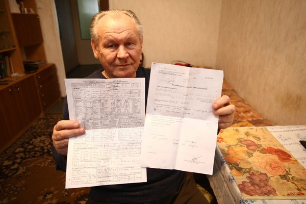 Pan Stanisław pokazuje dokumentację medyczną, którą sporządził ratownik pogotowia. Ze szpitala przy ul. Drewnowskiej nie dostał żadnego dokumentu.