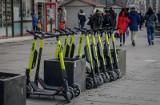 W Gdańsku przyjęto stawki za usuwanie elektrycznych hulajnóg i parkowanie ich na parkingach strzeżonych