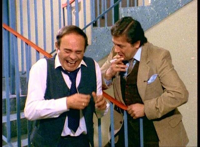 """Serial """"Alternatywy 4"""" Stanisław Bareja zaczął kręcić w 1981 roku. Zanim poznali go widzowie, przeleżał parę lat na półce. PRL-owska rzeczywistość w krzywym zwierciadle, satyra na narodowe przywary, posunięta czasem aż do surrealizmu - oto cechy charakterystyczne dla tej produkcji. Emisji (w wersji okrojonej przez cenzurę) """"Alternatywy 4"""" doczekały się dopiero na przełomie 1986 i 1987 roku, zyskując ogromną sympatię widzów. Kolejne emisje serialu gromadziły każdorazowo rzesze sympatyków przed telewizorami.W """"Alternatywach"""" zagrała plejada aktorów, m.in. Roman Wilhelmi, Wojciech Pokora, Kazimierz Kaczor, Zofia Czerwińska, Bożena Dykiel, Ewa Ziętek, Witold Pyrkosz, Stanisława Celińska, Jerzy Bończak, Janusz Gajos.Serial dostępny jest na platformie VOD TVP.fot. kadr z filmu"""