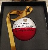 Premier Mateusz Morawiecki przekazał bombkę na licytację dla Rycerza Mikołaja (zdjęcia)