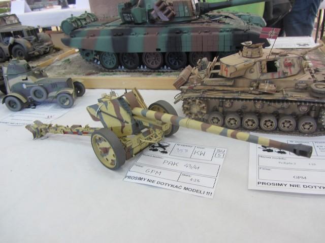 Pięćset modeli czołgów, samolotów, okrętów, i wielu innych obiektów, zgromadzono na VII Otwartych Mistrzostw Poznania Modeli Redukcyjnych. Zorganizowały je w weekend Stowarzyszenie Sportów Modelarskich HERCULES III w Poznaniu i Zespół Szkół Mistrzostwa Sportowego nr 2, w którym odbyły się zawody. Przejdź do kolejnego zdjęcia --->