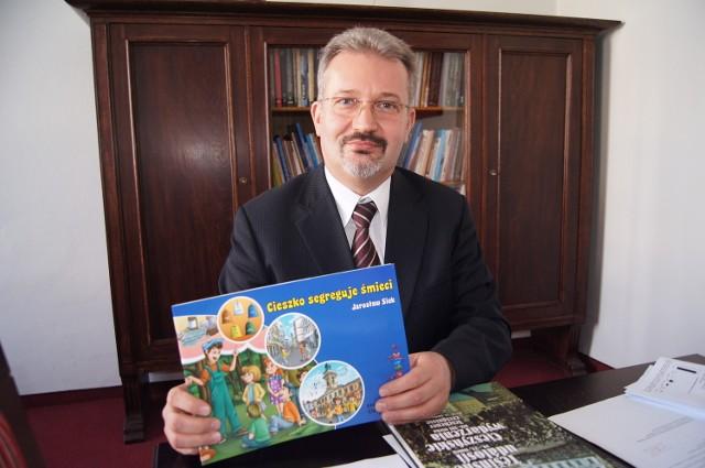 Burmistrz Mieczysław Szczurek prezentuje najnowszą publikację ratusza.