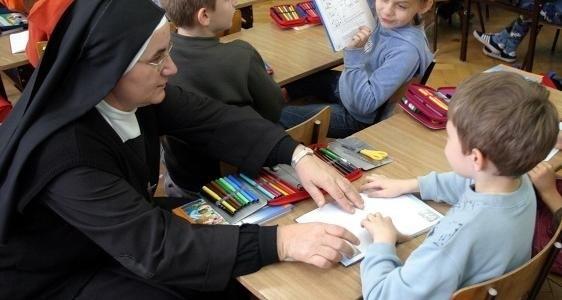 W publicznych przedszkolach religia jest bezpłatna, a placówka na życzenie rodziców ma obowiązek je zrealizować.