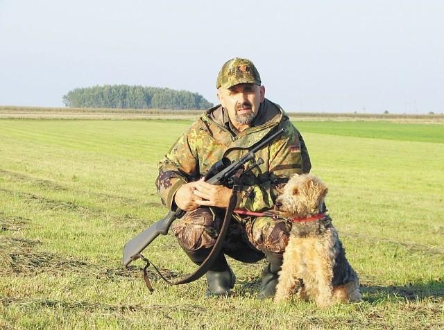 Myśliwy Jan Jankowski z Bielska Podlaskiego i jego pies Smyk zostali nagrodzeni za odstrzelenie 152 lisów