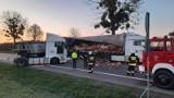 Dwie ciężarówki zderzyły się w Lutolu Suchym. Z naczepy jednej z nich na drogę wysypał się towar