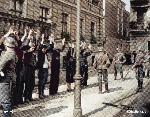 82 lata temu, 1 września 1939 roku kilkanaście minut przed godz. 5 rano Niemcy zaatakowały Polskę. Rozpoczęła się II wojna światowa. W Bydgoszczy w tym czasie było spokojnie. Niemcy co prawda, jak się później okazało, planowali poranny nalot na miasto, by zbombardować  lotnisko, mosty i dworce kolejowe, ale z powodu gęstej mgły tego ranka nad miastem atak lotniczy opóźniono. Pierwsze samoloty z czarnym krzyżem na skrzydłach nadleciały nad Bydgoszcz po godz. 11. Dokładnie 52 bomby spadły na opuszczone lotnisko, gdyż wcześniej stacjonujące tu samoloty odleciały na przygotowane lotniska polowe. Niemniej płyta bydgoskiego aerodromu nie nadawała się już do użytku. Po południu nad miastem ponownie zaobserwowano niemieckie aeroplany. Na zdjęciu aresztowani Polacy przed bydgoskim ratuszem. Zdjęcie zrobiono 5 września 1939 roku.Więcej informacji oraz archiwalnych zdjęć poddanych retuszowi i koloryzacji >>>