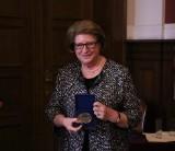 Poznań: Prof. Hanna Suchocka doceniona przez UAM. Była premier i ambasador otrzymała medal Homini Vere Academico