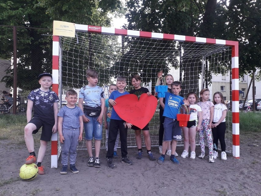 Dzieci z Piłsudskiego w Koszalinie walczą z kierowcami, którzy parkują na boisku