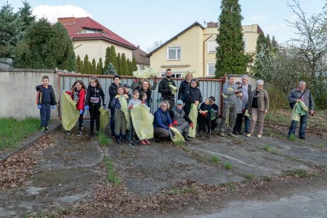 Sprzątanie brzegu Nysy Łużyckiej w Gubinie przez grupę społeczników.