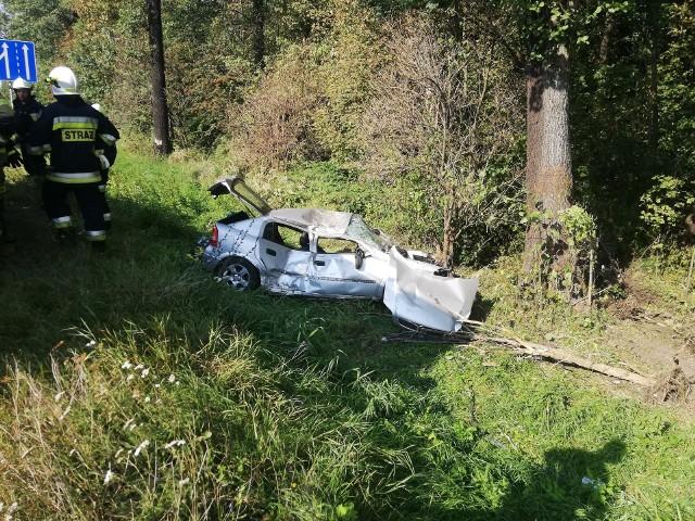 62-letni łodzianin trafił do szpitala w Pabianicach, po tym jak roztrzaskał samochód na poboczu drogi krajowej nr 12 pod Łodzią, w Tuszynie-Lesie. Do wypadku doszło w środę, na nitce drogi prowadzącej w kierunku Łodzi. ZOBACZ ZDJĘCIA