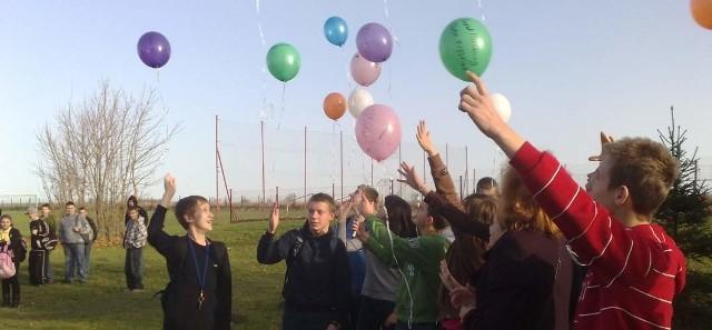 Dzisiaj w wielu szkołach w całej Polsce obchodzony jest Dzień Praw Dziecka. Z tej okazji punktualnie o godz. 12 uczniowie wypuścili w niebo balony. Zdjęcie zrobiliśmy w Gimnazjum w Malechowie.