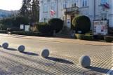 """Kule zamiast """"patriotycznych"""" słupków przed magistratem w Tarnobrzegu. Dobra zmiana? (ZDJĘCIA)"""
