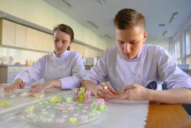 Uczniowie szkół gastronomicznych podczas pandemii mogli uczestniczyć w praktykach organizowanych w warsztatach szkolnych, ale w ograniczonym zakresie.