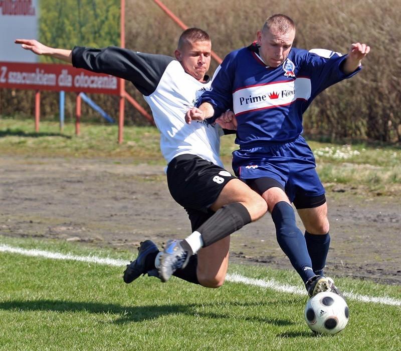 Brda wreszcie wygrała. Z piłką atakuje Dariusz Szopiński.