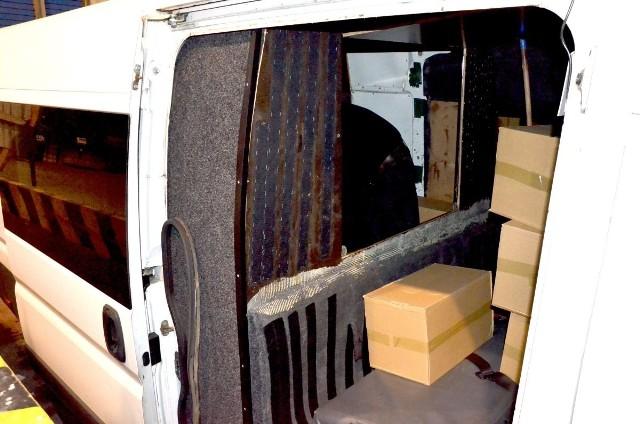 400 tys. sztuk papierosów zabezpieczyli funkcjonariusze Straży Granicznej i Służby Celnej. Nielegalny towar był ukryty w samochodzie dostawczym w specjalnie skonstruowanych skrytkach.