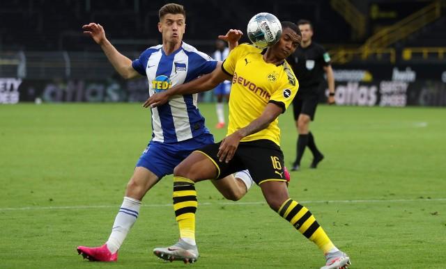 Krzysztof Piątek (z lewej) nie błysnął w meczu z Borussią Dortmund