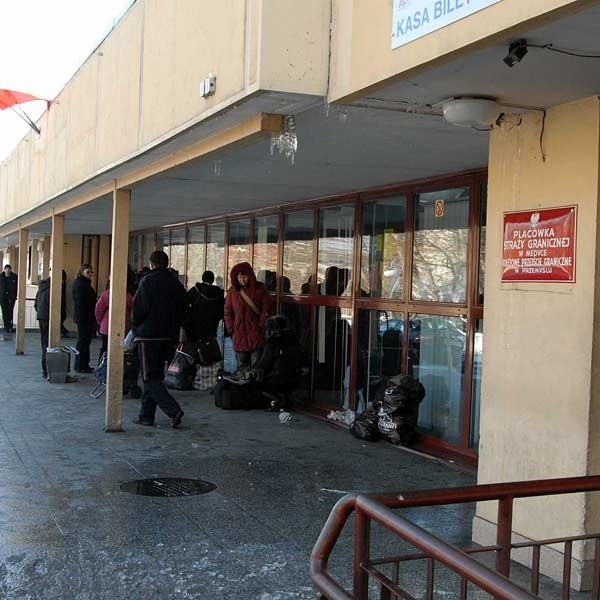 W terminalu nie ma poczekalni dla podróżnych. Dodatkowo zamknięto usytuowaną w nim kasę biletową.