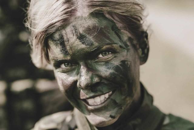 Na co dzień skupione na służbie, zaangażowane i dążące do perfekcji. Są dowódcami, żołnierzami różnych specjalności, mistrzyniami w swoi fachu. Ale przede wszystkim kobietami, które osiągają swoje cele z wdziękiem i uśmiechem. Dziś, po dwudziestu latach polskiej obecności w NATO powiedzenie o tym, iż armia jest kobietą nabrało szczególnego znaczenia. To dzięki tamtej decyzje wojsko otworzyło się na kobiety i dziś różne formy służby wojskowej pełni ponad 6000 kobiet, a co trzecia z nich nosi oliwkowy beret Wojsk Obrony Terytorialnej. W 6 Mazowieckiej Brygadzie Obrony Terytorialnej jest ich blisko 100. >