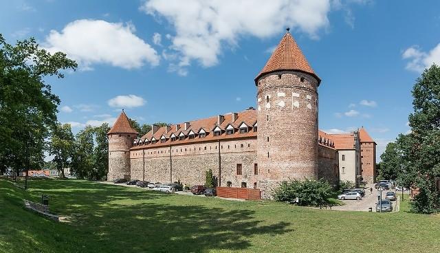 Gotycki zamek krzyżacki z XIV i XV wieku będący początkowo siedzibą prokuratora krzyżackiego, a następnie własność książąt pomorskich.  W 1390 roku Krzyżacy zaczęli budować w Bytowie murowany zamek, na wzniesieniu w południowo-wschodniej części miasta. Znajdował się on na zachodnim krańcu państwa zakonu krzyżackiego. Wykonano prace ziemne, a do 1396 roku gromadzono materiały budowlane. Właściwe prace budowlane przeprowadzono w latach 1398–1406 pod kierunkiem Mikołaja Fellensteina. Kilka kolejnych lat trwały prace wykończeniowe. Podczas wojen obiekt niszczał, zburzono nawet Wieżę Prochową.  Po zakończeniu II wojny światowej w 1945 mieściło się w nim więzienie (obóz przejściowy) NKWD, w którym przetrzymywano mieszkańców okolicy. Obecnie stanowi obiekt turystyczny.