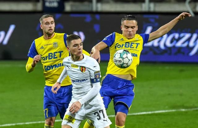 Po zwycięstwie nad Koroną Kielce piłkarze Arki Gdynia chcą potwierdzić zwyżkę formy w wyjazdowym meczu przeciwko Sandecji Nowy Sącz w Fortuna 1. Lidze.