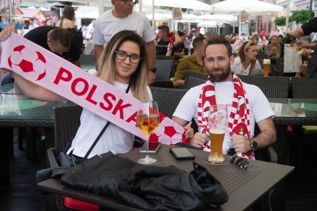 Nadzieja do ostatniej akcji - poznaniacy dopingują polską drużynę.
