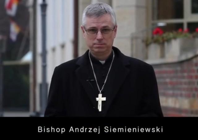 Fragment spotu wrocławskich księży poświęconego Filipińczykom