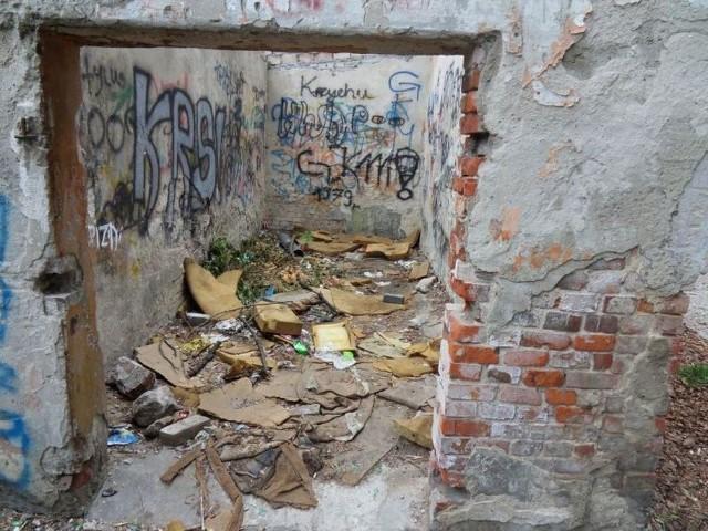 """Miejscowi o tej ruinie mówią """"pakamera"""". Z rudery najczęściej korzystają menele - urządzili sobie tutaj pijalnię trunków połączoną z publicznym szaletem"""